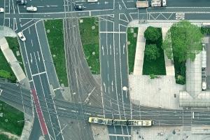 Auf welcher Seite ist die Straßenbahn zu überholen?