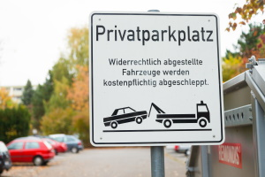 Eigentümer können Falschparker abschleppen lassen, z. B. wenn diese andere behindern oder den Parkplatz zu lange besetzen.