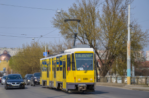 Wann dürfen Sie eine Straßenbahn rechts oder links überholen?