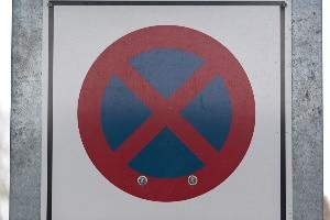 Auf Fahrstreifen mit Dauerlichtzeichen gilt absolutes Halteverbot.