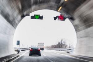 Dauerlichtzeichen können Fahrspuren freigeben oder sperren.