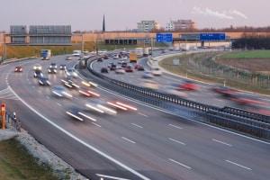 Auf eine Umleitung kann ein Autobahnschild hinweisen, wenn z. B. Spuren gesperrt sind und Stau droht.