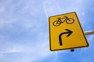 Umleitung. Radfahrer und Fußgänger können per Schild ebenfalls auf eine solche hingewiesen werden.