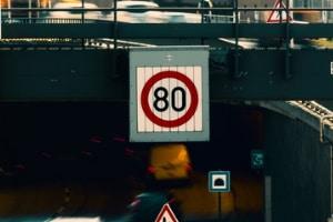 Wechselverkehrszeichen an der Autobahn können auch mechanisch betrieben sein.