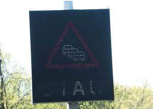 Wechselverkehrszeichen: Die StVO erlaubt eine veränderte Farbgebung.