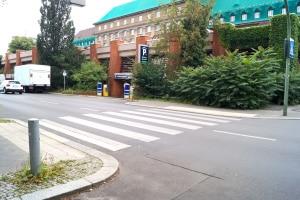 Markierung und Schild weisen einen Zebrastreifen als Fußgängerüberweg aus.