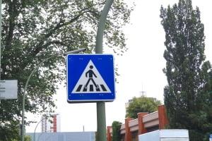Zebrastreifen-Schild: Die Bedeutung für Verkehrsteilnehmer ist in der StVO definiert.