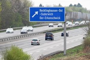 Auf der Autobahn wird für Verkehrsschilder meist weiße Schrift auf blauem Grund verwendet.
