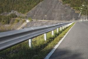 Ein Fahrzeugrückhaltesystem wie die Leitplanke kann Leben zu retten.